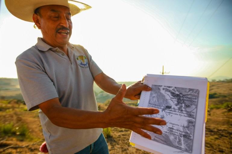 Profesor Espino explica corrupción ambiental frente al tiradero ilegal de lodos tóxicos extraidos del NAICM. Foto: Daliri Oropeza.