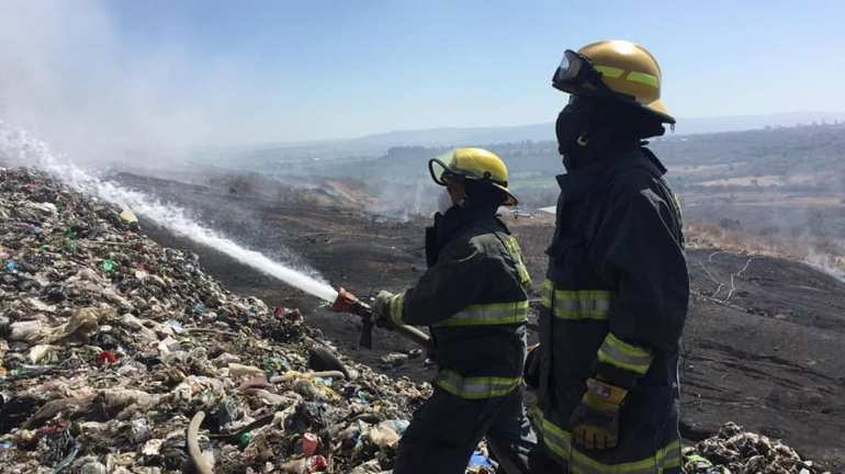 Elementos de Protección Civil Jalisco intentan apagar el basurero Laureles en el incendio de abril de 2019