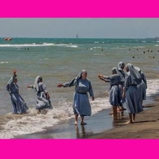 nonnen aan het strand