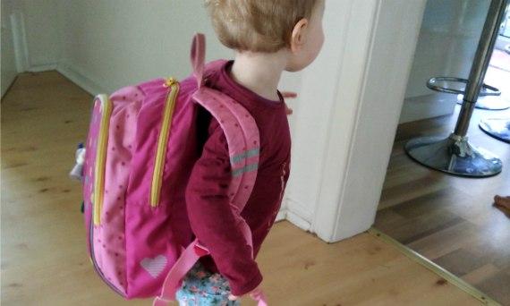 Kleinkind mit Rucksack reif für den Kindergarten