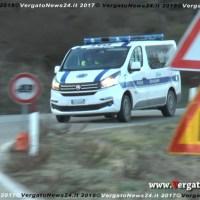 Corsa in discesa sulla Vergato - Cereglio tra i Vigili e un'auto che forza il blocco stradale