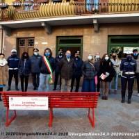 Bandiere a mezz'asta e una panchina rossa a Vergato per dire No alla violenza sulle donne