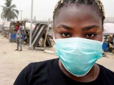 Une jeune femme porte un masque (image d'illustration)