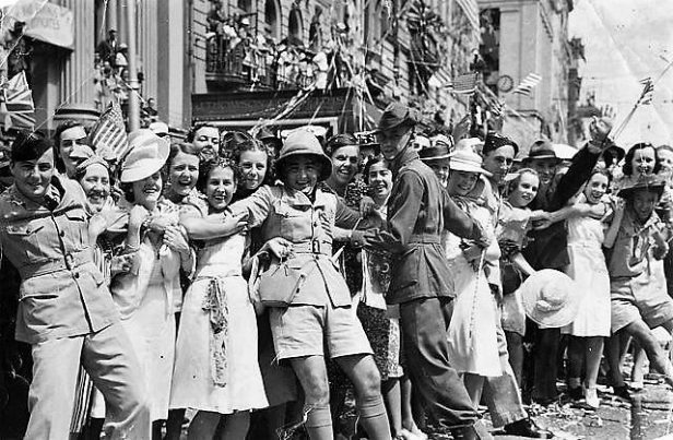statelibqld_2_391461_happy_crowd_in_queen_street_celebrating_the_arrival_of_american_forces_brisbane_1941-2