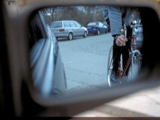 Der gefährlichste Bereich im Straßenverkehr ist der sogenannte tote Winkel. Hier sollten Radfahrer als die schwächeren Verkehrsteilnehmer höchste Sicherheit walten lassen. - Foto: dmd/ADAC