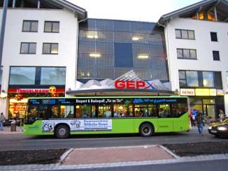 In der Umgebung von Bushaltestellen sollte man so vorsichtig wie möglich fahren. - Foto: dmd/Christian Allinger