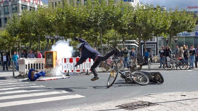 Mit starken Bildern will ein Video vor Gefahren durch Ablenkung im Straßenverkehr warnen. Produziert wurde der Clip mit mehreren Stuntmen in der City von Frankfurt am Main. - Foto: djd/www.BGETEM.de