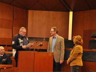Verkehrswacht-Flensburg-Geschäftsführer Andreas Meng (li.) bedankt sich für die großzügige finanzielle Unterstützung.