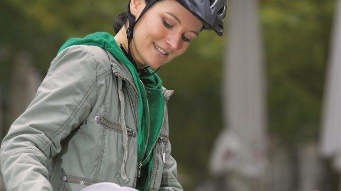 Im Falle eines Unfalls mit Kopfverletzung kommen Helmträger eindeutig besser weg. - Foto: DVR