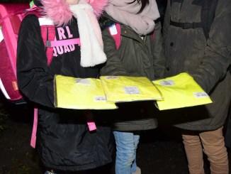 Die Verkehrswacht Flensburg unterstützte die Aktion mit reflektierenden Westen und Kappen für die Schulkinder Quellenangabe: Polizeidirektion Flensburg