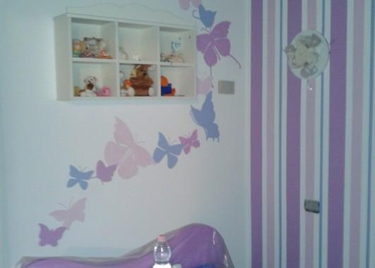 Decorare una parete con le righe verticali o orizzontali può dare un. Decorazione A Parete Di Farfalle Stilizzate E Righe Vernicefresca