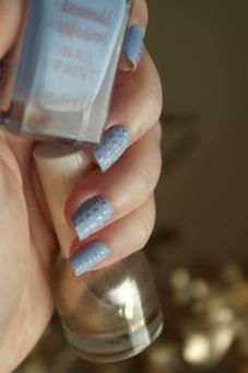 nail-art-bleu-mat-et-dore-barry-m-hm-e