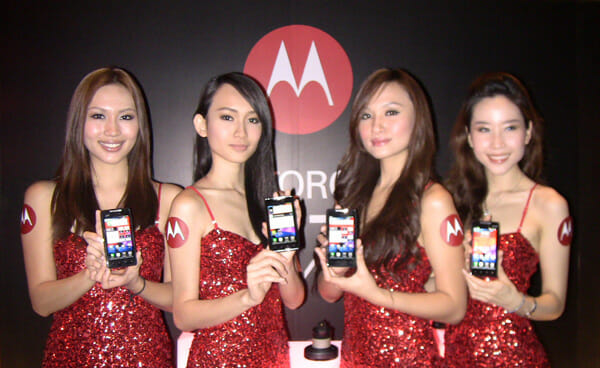 Motorola-Droid-RAZR-girls