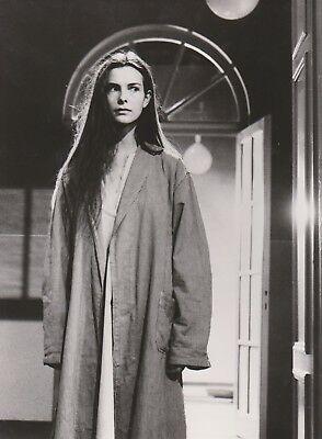 Photographie noir-blanc d'une jeune femme debout dans le couloir d'un asile