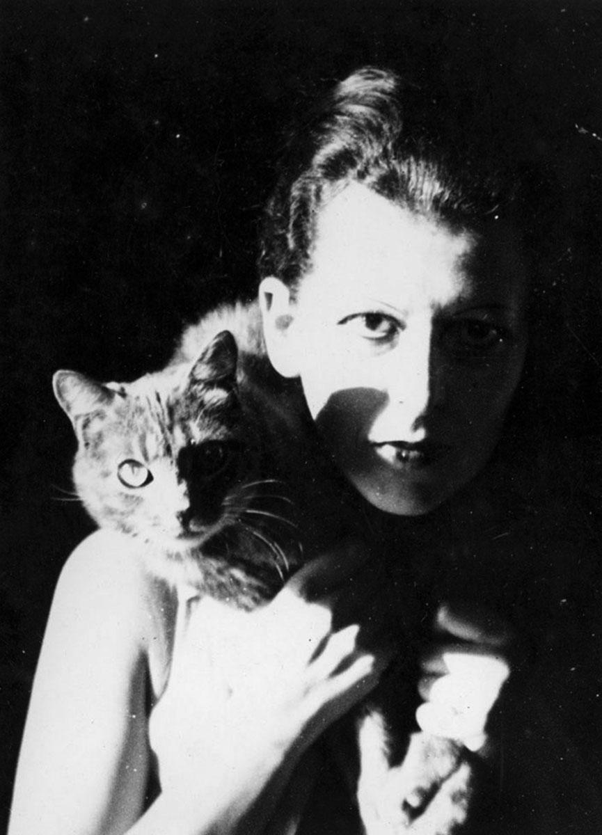 Portrait photographique de Claude Cahun et son chat
