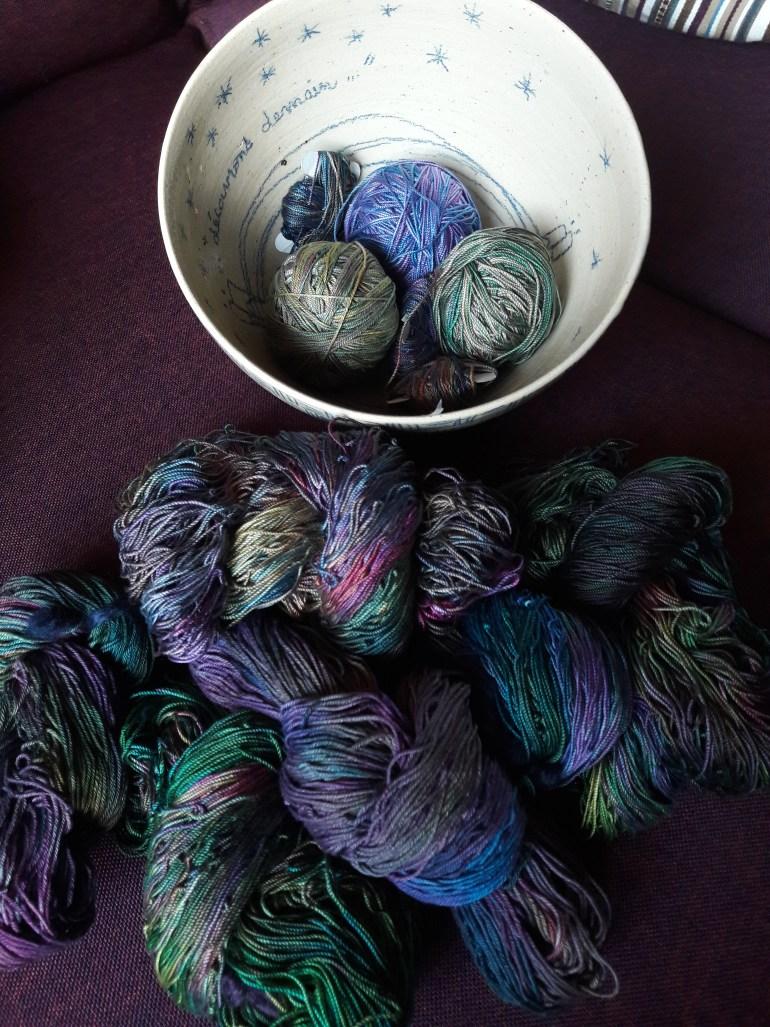 Echeveaux et pelotes de coton teint