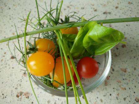 kruiden en tomaatjes uit eigen pot