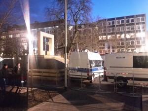 Holocaustmahnmal am Opernplatz kurz vor der Pegidademo am 23.02.