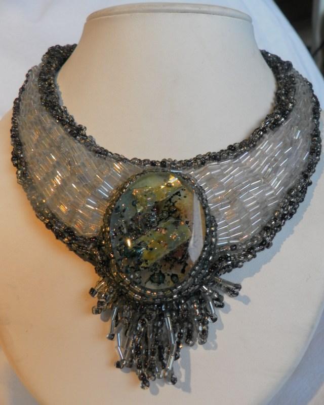 Sculpture colliier en perle de verre et médaillon de verre et filaments d'argent