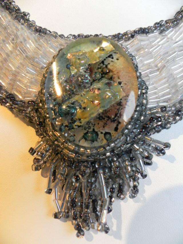 détail du médaillon de verre et feuille d'argent