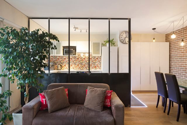 cloison de separation atelier d artiste avec soubassement entre une cuisine et un salon