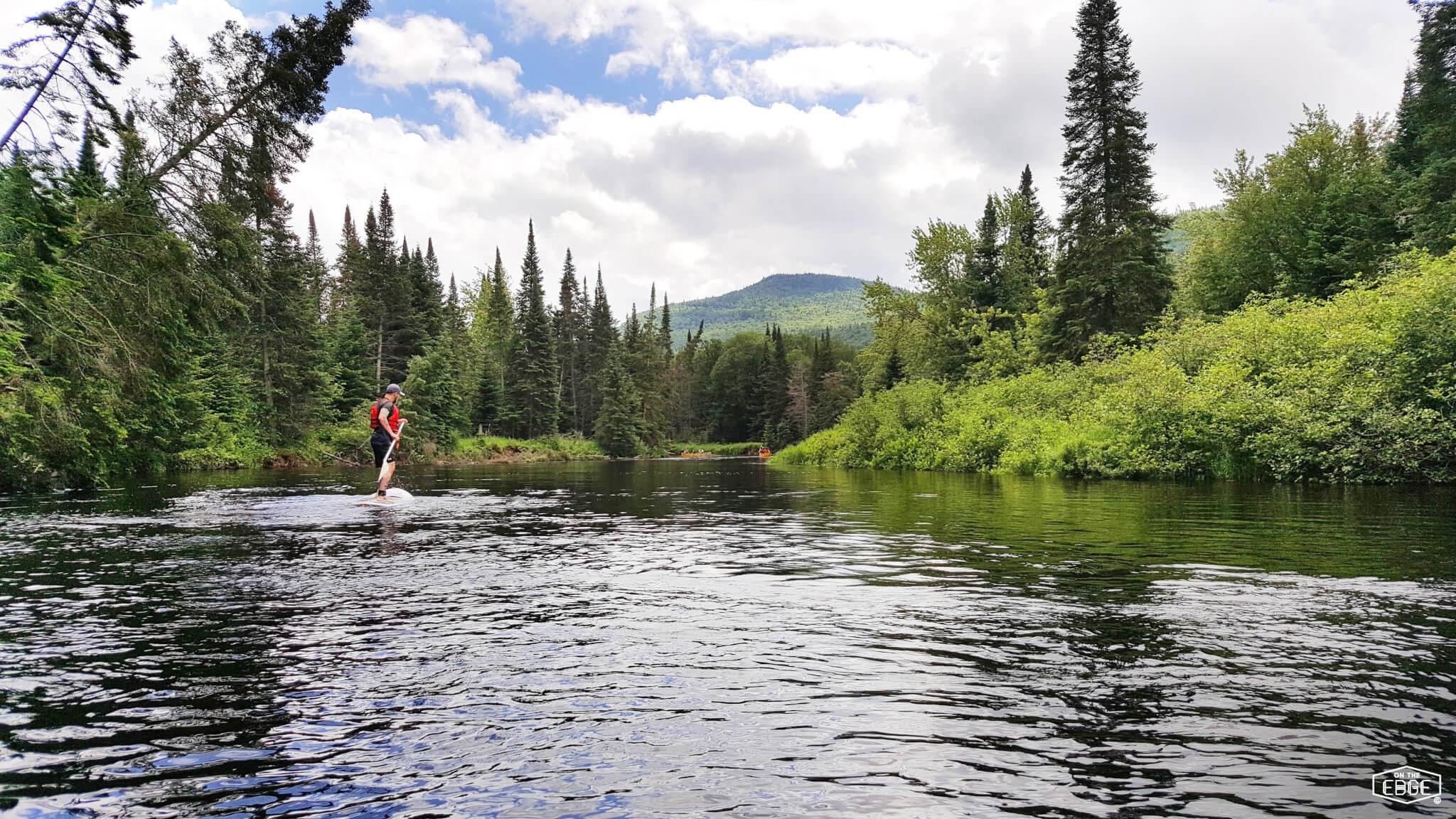 Image en paddle board pour notre article au Mont-Tremblant sur les sentiers de la Roche, La Coulée et La Corniche