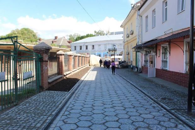 Нове освітлення, зелені зони та вуличні меблі: у Франківську завершують ремонт вулиці Станіславської (фото)
