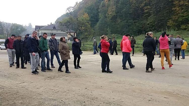 В селі Великий Рожин Косівського району мешканці перекрили трасу  Р-62 Криворівня-Чернівці (фото)