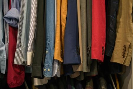 Firminiai drabužiai internetu: kaip ieškoti ir pasirinkti?