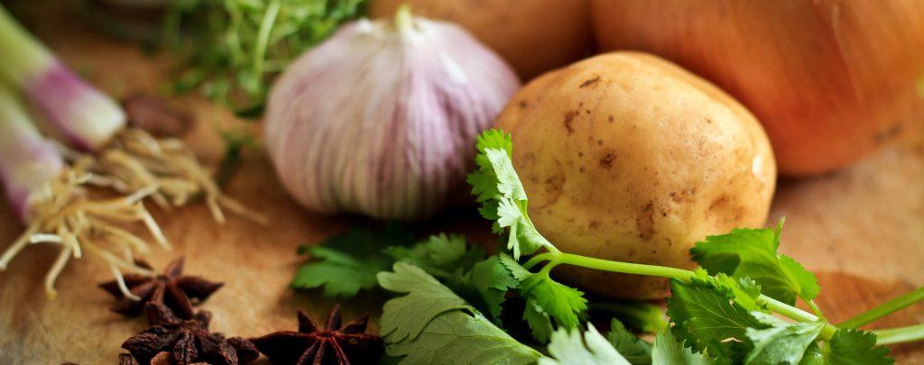 Ail, pomme de terre, coriandre, badiane, anis étoilé, oignon