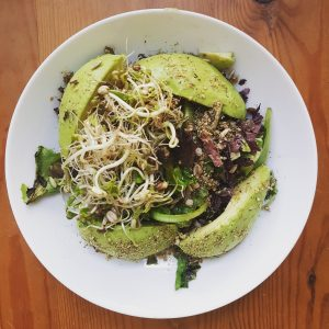 Une salade d'avocats, d'algues, meslcuns et graines germées !