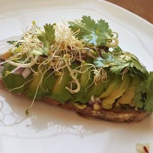 Le toast super gourmand à l'avocat à la coriandre et aux graines germées bien-sûr !