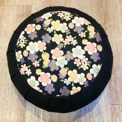 Zafu traditionnel en épeautre Fleurs japonaises noir