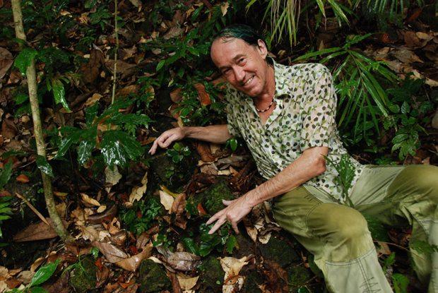 Blanc posiert mit seiner neu entdeckten Begonia blancii