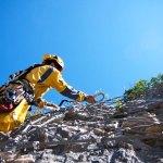 Formation aux travaux en hauteur, la pose de filets sur falaises en Ariège Pyrénées - Vertikarst © Phil Bence