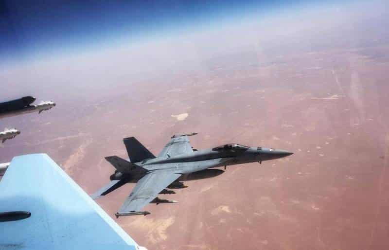 фото опасной встречи Су-30СМ ВКС РФ и Boeing F_A-18E ВВС США в небе Сирии