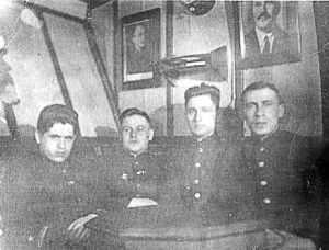 Будущий командир СКР «Бриллиант» М.Махоньков с группой офицеров