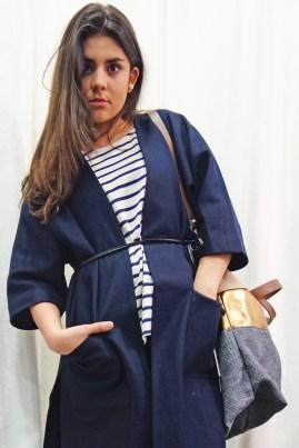 Amélie (Abrigo y camiseta Ganni, vaquero Custommade, zapatillas Ilse Jacobsen, bolso Estellon)
