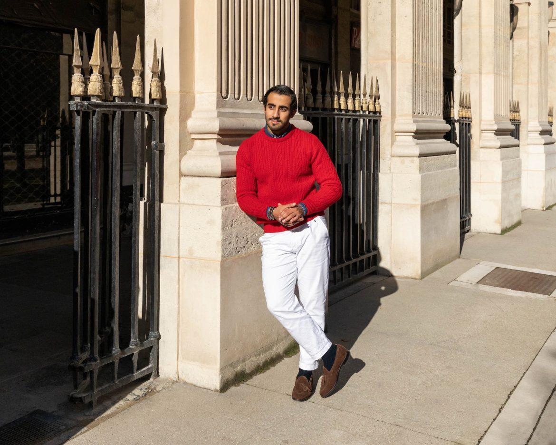 pull rouge avec pantalon blanc