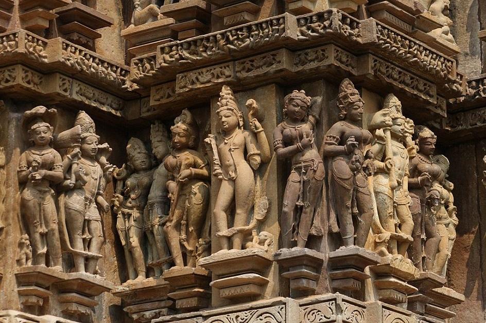 Escultura. Escultura. Divindades indianas com toca em Khajuraho, VIII século