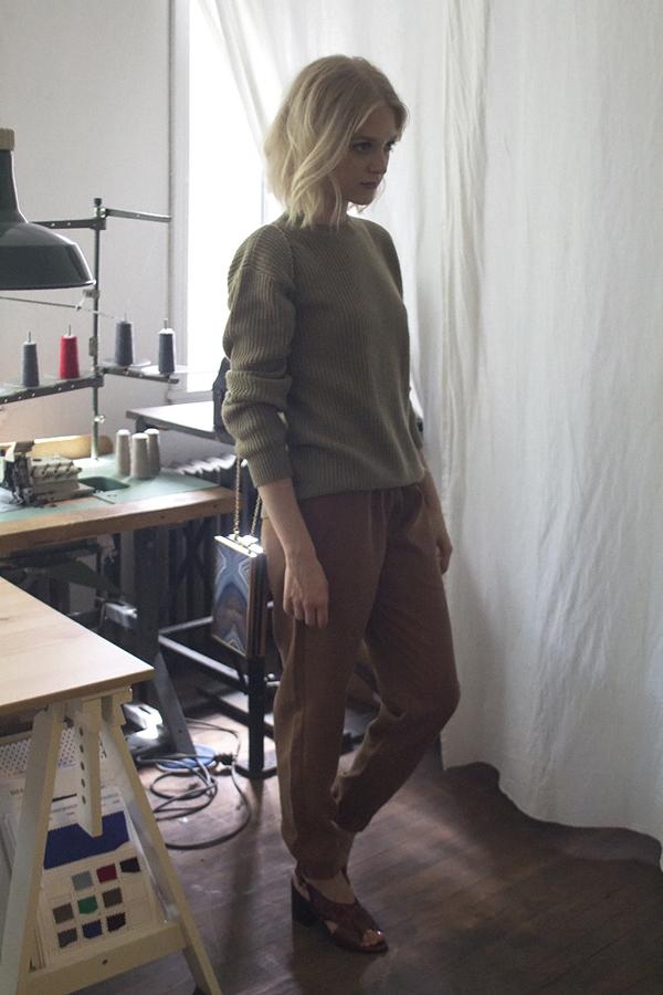 kaki-sweater-very-joelle-paquette-b