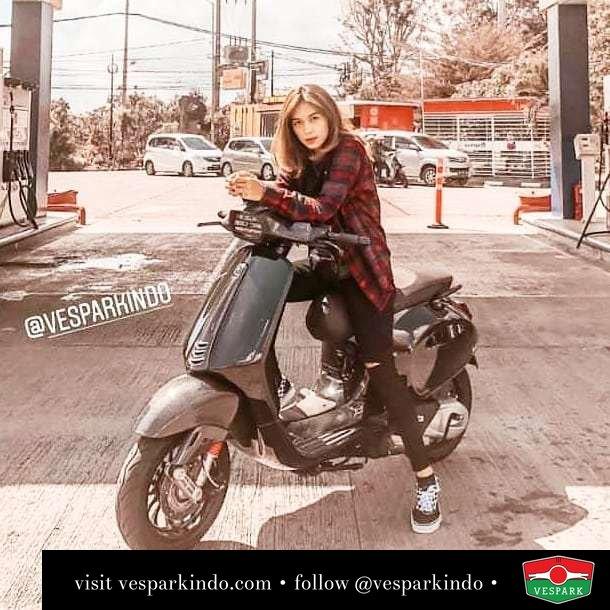 Black Vespa Sprint with Vespa girl @fiviadf