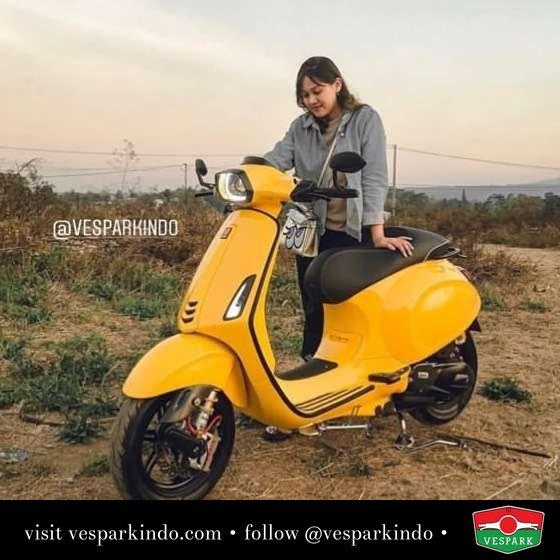 Vespa girl with yellow Vespa Sprint @minggunyore_squad