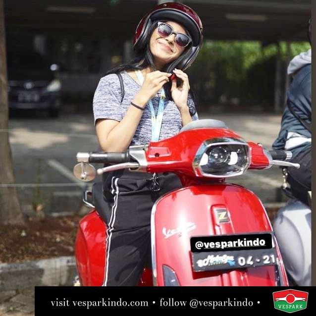 Vespa girl with Vespa Sprint @maurasavhira