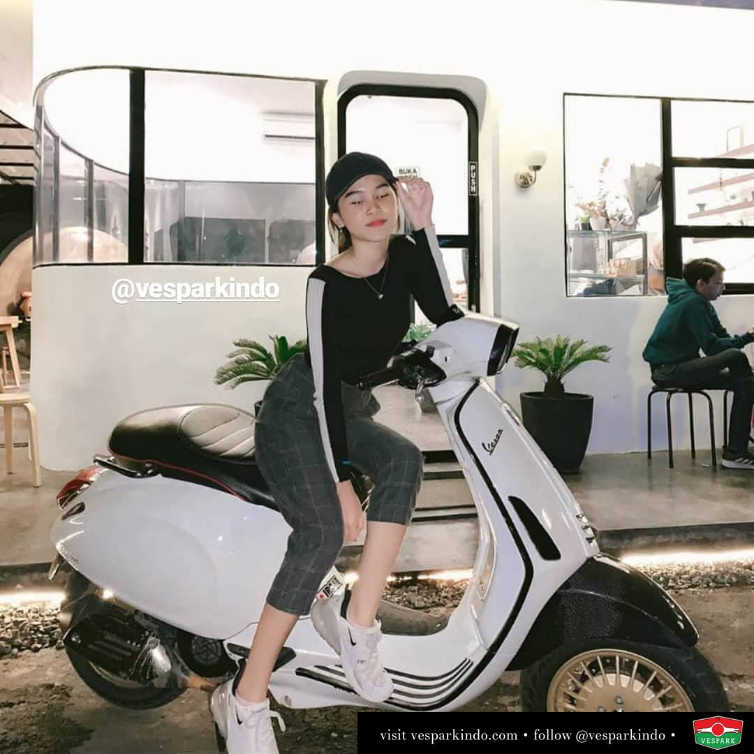 Vespa girl on white Vespa Sprint custom modified @amandamadaa
