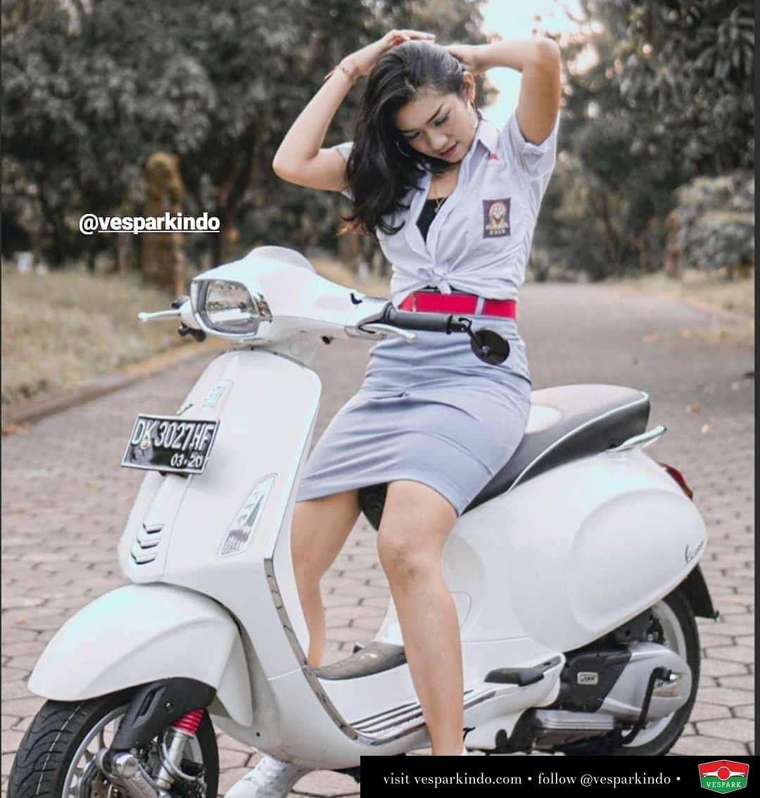 Vespa to school  Vespa girl on white Vespa Sprint @diahfebry21_