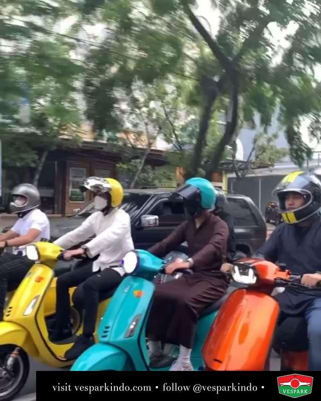Scoots and friends, friends and scoots  Live More Ride Vespa Saatnya anda miliki scooter matic legendaris Vespa!  Tersedia penawaran leasing/kredit menarik untuk semua tipe Vespa. Cek info di web, link di bio  Hubungi dealer resmi Vespark Piaggio Vespa Medan Sumut @vesparkindo untuk pesanan Medan, Aceh, Riau dan Sumut Dealer tetap buka selama liburan silakan WA 0815-21-595959 untuk appointment, jam buka dan DM utk brosur terbaru  Kunjungi: VESPARK: Piaggio Vespa 3S ShowPark Jln Prof HM Yamin No.16A (simpang Jln Jawa)  Medan Telp. 061-456-5454 Cek IG @vesparkindo  @friendsscoots @iya.dika
