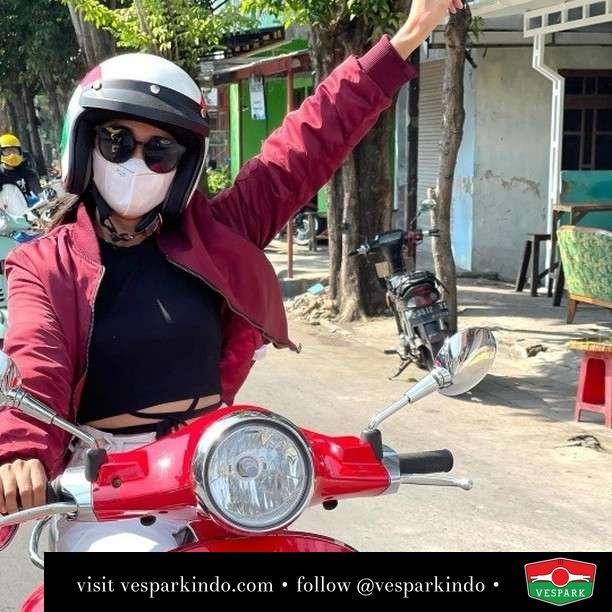 Ada yang kangen sunmori gak? Merdeka  Live More Ride Vespa Saatnya anda miliki scooter matic legendaris Vespa!  Geser untuk lihat genuine aksesoris Vespa @vesparkindo dan lihat sorotan utk paket promo aksesoris   Tersedia penawaran leasing/kredit menarik untuk semua tipe Vespa. Cek info di web, link di bio  Hubungi dealer resmi Vespark Piaggio Vespa Medan Sumut @vesparkindo untuk pesanan Medan, Aceh, Riau dan Sumut Dealer tetap buka selama liburan silakan WA 0815-21-595959 untuk appointment, jam buka dan DM utk brosur terbaru  Kunjungi: VESPARK: Piaggio Vespa 3S ShowPark Jln Prof HM Yamin No.16A (simpang Jln Jawa)  Medan Telp. 061-456-5454 Cek IG @vesparkindo   @maya_sofyana