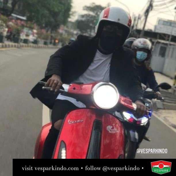 Gak usah ganteng yang penting happy  Live More Ride Vespa Saatnya anda miliki scooter matic legendaris Vespa!  Geser untuk lihat genuine aksesoris Vespa @vesparkindo dan lihat sorotan utk paket promo aksesoris   Tersedia penawaran leasing/kredit menarik untuk semua tipe Vespa. Cek info di web, link di bio  Hubungi dealer resmi Vespark Piaggio Vespa Medan Sumut @vesparkindo untuk pesanan Medan, Aceh, Riau dan Sumut Dealer tetap buka selama liburan silakan WA 0815-21-595959 untuk appointment, jam buka dan DM utk brosur terbaru  Kunjungi: VESPARK: Piaggio Vespa 3S ShowPark Jln Prof HM Yamin No.16A (simpang Jln Jawa)  Medan Telp. 061-456-5454 Cek IG @vesparkindo   feature @kelvinjullen