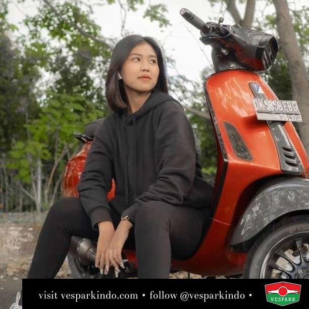 Lagi lihatin Kang ghosting  Live More Ride Vespa Saatnya anda miliki scooter matic legendaris Vespa!  Geser untuk lihat genuine aksesoris Vespa @vesparkindo dan lihat sorotan utk paket promo aksesoris   Tersedia penawaran leasing/kredit menarik untuk semua tipe Vespa. Cek info di web, link di bio  Hubungi dealer resmi Vespark Piaggio Vespa Medan Sumut @vesparkindo untuk pesanan Medan, Aceh, Riau dan Sumut Dealer tetap buka selama liburan silakan WA 0815-21-595959 untuk appointment, jam buka dan DM utk brosur terbaru  Kunjungi: VESPARK: Piaggio Vespa 3S ShowPark Jln Prof HM Yamin No.16A (simpang Jln Jawa)  Medan Telp. 061-456-5454 Cek IG @vesparkindo   @orangeflash_